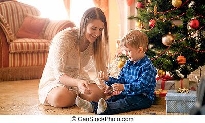 男の子, わずかしか, 部屋, 暮らし, 若い, 朝, 母, 微笑, クリスマス