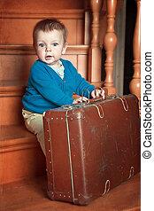 男の子, わずかしか, 階段, 遊び, スーツケース