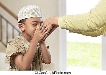 男の子, わずかしか, muslim, 手, 伝統的である, 親, アジア人, 接吻, 服