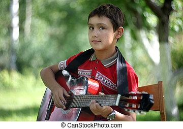 男の子, ギターの遊ぶこと, 屋外で