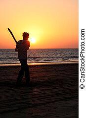 男の子, コオロギを すること, ∥において∥, 日没, 上に, 熱帯 浜