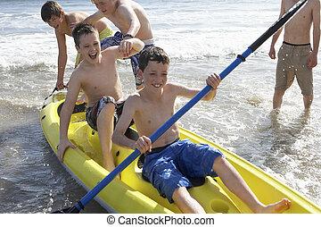 男の子, ティーンエージャーの, カヤックを漕ぐ
