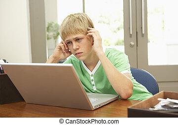 男の子, ティーンエージャーの, ラップトップ, 心配した, 見る, 使うこと, 家
