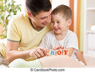 男の子, プレーしなさい, 彼の, 妊娠した, 子供, 父, 腹, おもちゃ, 母, 幸せ