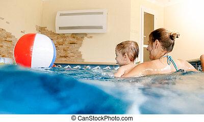 男の子, ボール, カラフルである, 夏, 幸せ, 膨らませることができる, ホテル, 若い, リゾート, 笑い, 母, 肖像画, よちよち歩きの子, 浜, プールを すること, 水泳