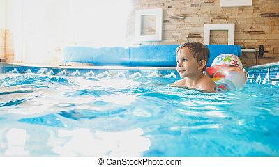男の子, ボール, カラフルである, 幸せ, 家, 膨らませることができる, 屋内, 朗らかである, 肖像画, リング, よちよち歩きの子, 浜, プールを すること, 水泳