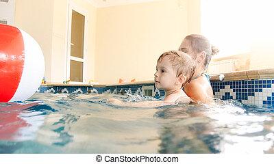 男の子, ボール, カラフルである, 幸せ, 膨らませることができる, 屋内, 母, 肖像画, 微笑, よちよち歩きの子, 浜, プールを すること, 水泳