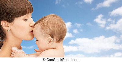 男の子, 上に, 空, 背景, 母, 赤ん坊, 接吻, 幸せ