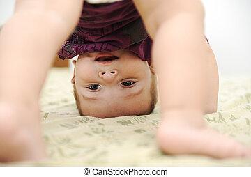 男の子, 下方に, 上側, 寝室, 赤ん坊, 遊び