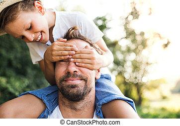 男の子, 乗車, カバー, 寄付, 自然, 父, 若い, 息子, piggyback, 小さい, eyes., 人