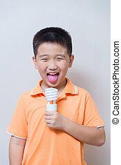 男の子, 作られた, セービング, 冗談を言うこと, エネルギー, ランプ, 考え, 舐めること, 概念, アジア人, 偽造品, 氷, ジェスチャー, クリーム