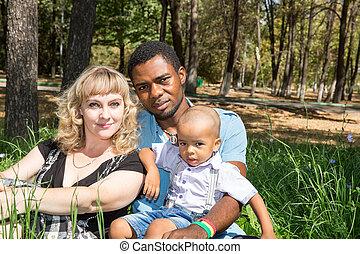 男の子, 使用, 概念, 愛, nature., それ, family:, 子育て, アメリカ人, 黒, 父, お母さん, アフリカ, ベビーの子供, ∥あるいは∥, 幸せ