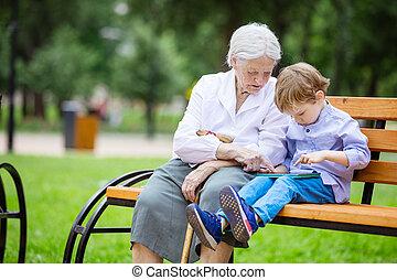 男の子, 偉人, 彼の, タブレット, 若い, 祖母, 使うこと