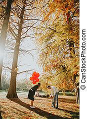 男の子, 公園, 若い, 秋, 親, 保有物の赤ん坊, 風船, 赤, 幸せ