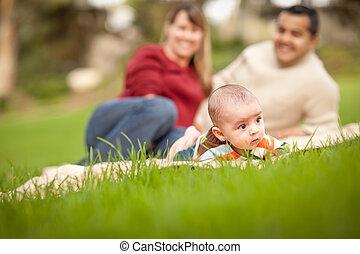 男の子, 公園, 遊び, 幸せ, 混ぜられた, 這う, レース, 赤ん坊, 親