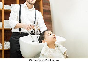 男の子, 大広間, 彼の, 洗われた, 毛, 持つこと, hairdressing