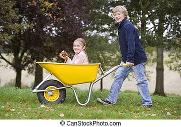 男の子, 女の子, 押している手車