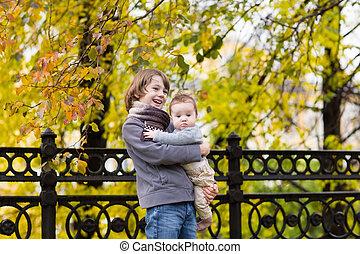 男の子, 姉妹, 彼の, カラフルである, 公園, 歩くこと, 木, 秋, 保有物