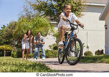 男の子, 家族, &, アメリカ人, 自転車, 親, アフリカ, 乗馬, 幸せ