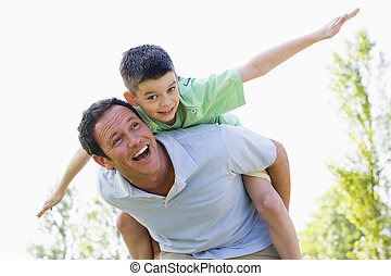 男の子, 寄付, 乗車, 若い, piggyback, 屋外で, 微笑の人