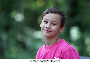 男の子, 幸せな微笑すること, 屋外で
