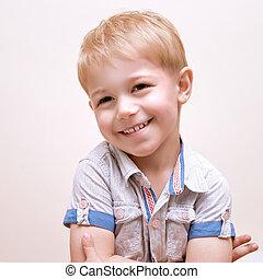 男の子, 幸せに微笑する