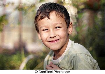 男の子, 幸せに微笑する, 屋外で