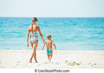 男の子, 幸福に, 若い, かわいい少女, 浜, 遊び