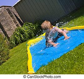 男の子, 庭, 若い, 背中, 水スライド, 滑っている