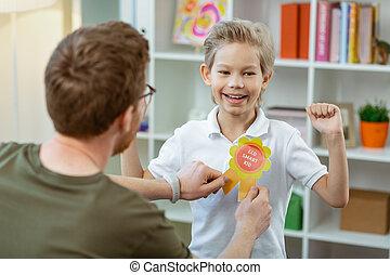 男の子, 彼の, ある, 得意である, 満足くそう, 報酬, 幸せ