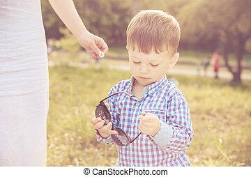 男の子, 彼の, サングラス, 母, よちよち歩きの子, 遊び