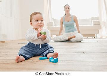 男の子, 彼の, ロータス, おもちゃ, 瞑想する, 間, ポジション, 母, 赤ん坊, 遊び
