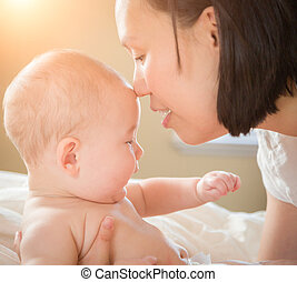 男の子, 彼の, 中国語, 卵を生む, ベッド, 混合された 競争, 母, 赤ん坊, コーカサス人