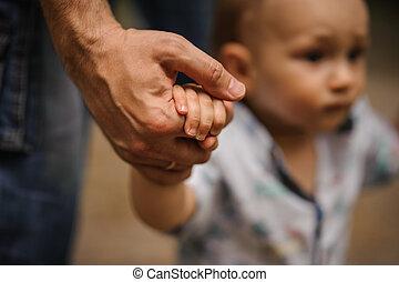 男の子, 彼の, 勉強, 手, 歩きなさい, ステップ, 保有物, father., 赤ん坊, 作成, 最初に