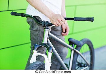 男の子, 彼の, 壁, 写真, 自転車, 緑の背景, 把握