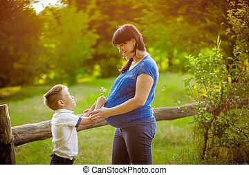 男の子, 彼の, 妊娠した, 母, 屋外で, 小さい, 接吻