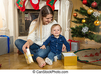 男の子, 彼の, 部屋, 贈り物, 開始, 母, 木, 箱, 下に, 赤ん坊, 暮らし, クリスマス