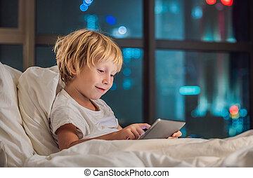 男の子, 彼の, city., タブレット, 概念, ベッド, 行く, 使用, 背景, 夜, 睡眠, 技術, 子供, 前に