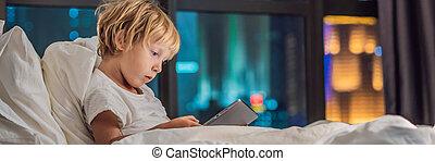 男の子, 彼の, city., 旗, タブレット, フォーマット, 夜, 長い間, 行く, 睡眠, ベッド, 背景, 概念, 使用, 技術, 子供, 前に