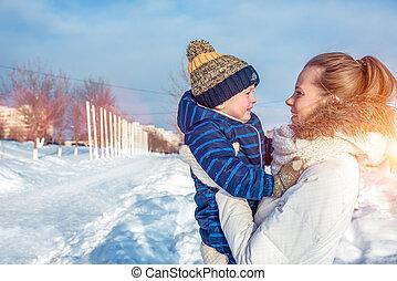 男の子, 息子, 楽しみ, 冬, スペース, 自然, 週末, 若い, 外, 母, 女性がリラックスする, 3, text., 遊び, 衣服, 無料で, 暖かい, 年, 子供, 持つこと, 古い