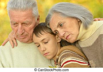 男の子, 悲しい, 公園, 祖父母