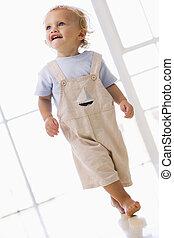 男の子, 歩くこと, 屋内, 若い, 微笑