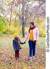 男の子, 歩くこと, 彼の, 公園, 秋, 母