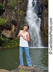 男の子, 滝, 歌うこと