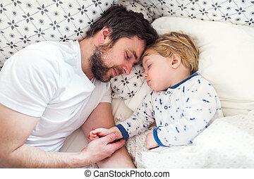 男の子, 父, ベッド, 睡眠, 手を持つ, よちよち歩きの子, home.