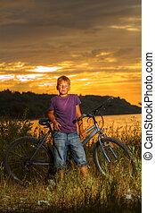 男の子, 自転車で, 近くに, ∥, 海, 中に, ∥, 夕方, ∥において∥, 日没