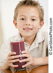 男の子, 若い, ジュース, 屋内, 微笑, 飲むこと