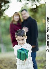 男の子, 贈り物, 混ぜられた, の後ろ, レース, 親, 保有物, 前部
