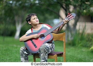 男の子, 非常に, passionary, ギター, 屋外で, 遊び