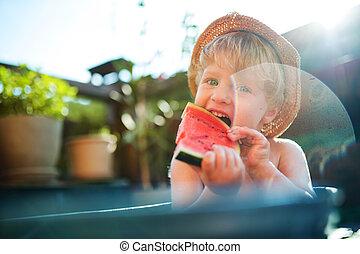 男の子, 食べること, 庭, 浴室, 屋外で, 小さい, 帽子, 夏, watermelon.
